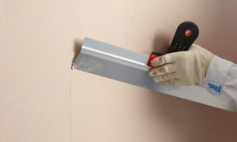 Нанесение шпаклевки на стену