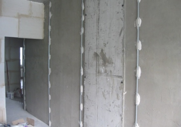 Выравнивание стен штукатурными смесями по маякам
